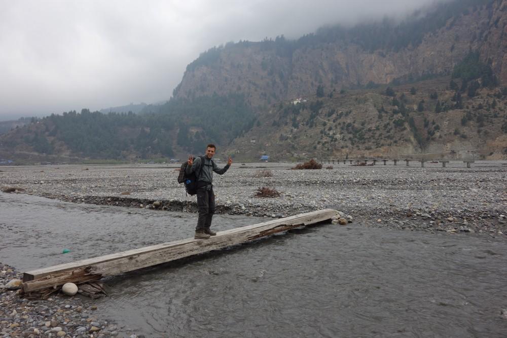 Abenteuerliche Überquerung von Flüssen auf dem Weg nach Larjung!