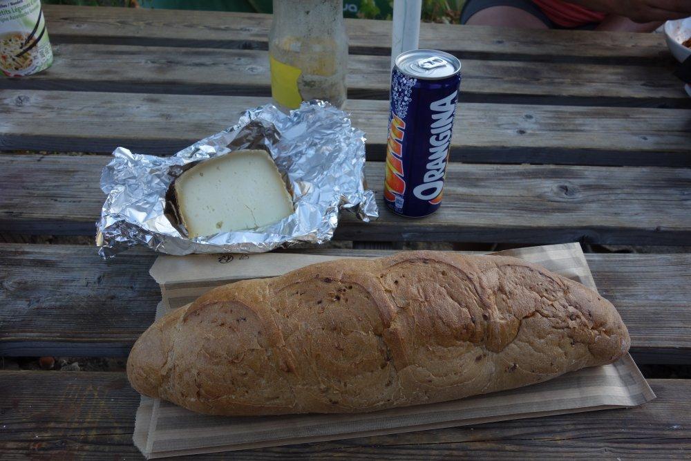 Baguette, Käse und Orangina
