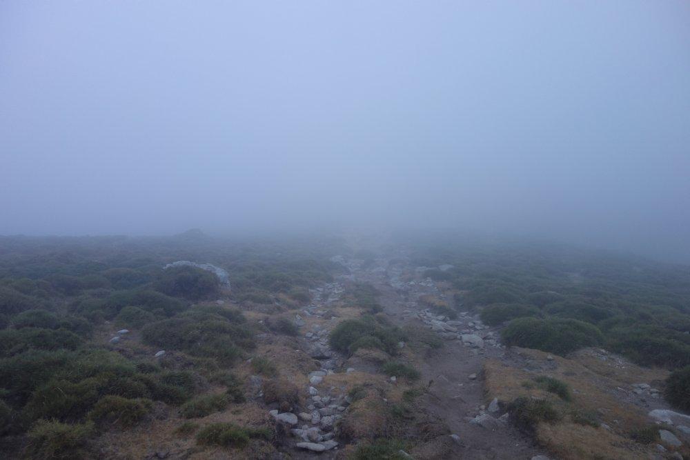 Unterwegs in der Wolken auf dem Weg alpine Variante zur Refuge de Petra Piana