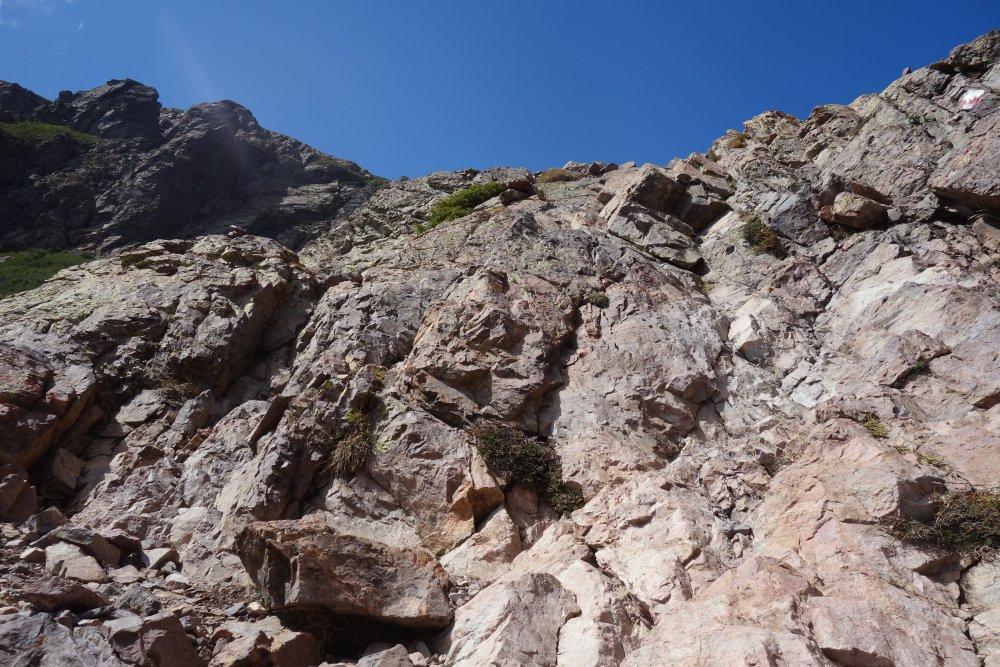 Steile Felswände, die heruntergeklettert werden mussten