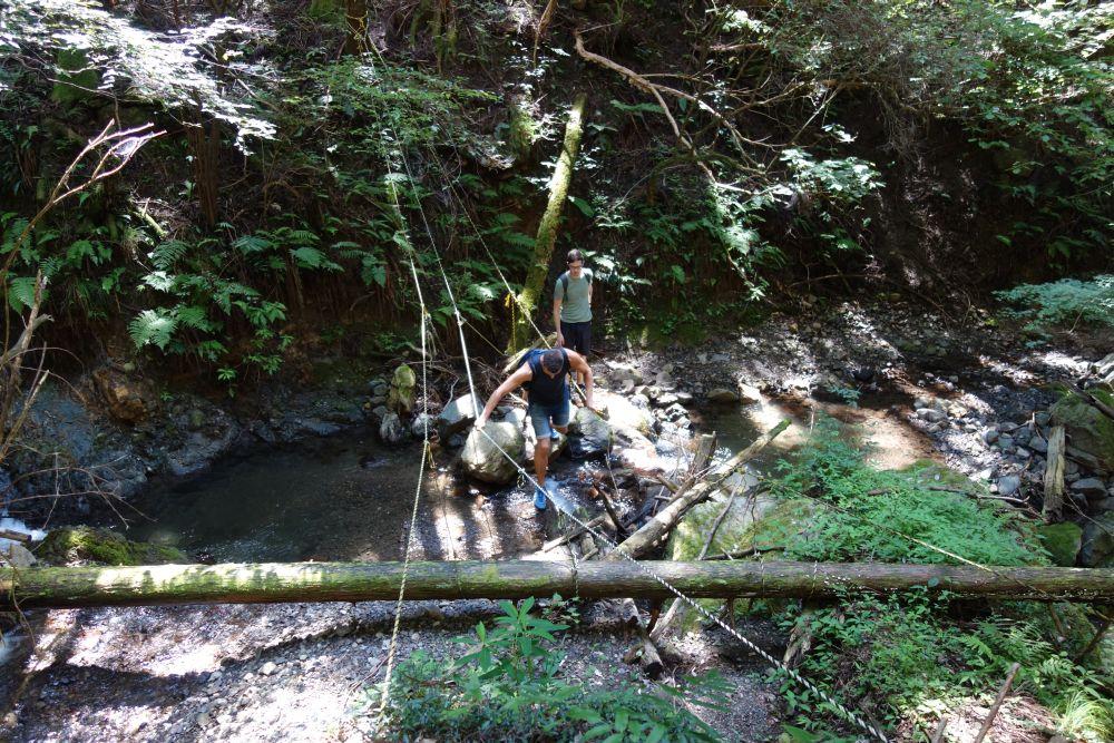 Mit Seilen gesicherter Trail