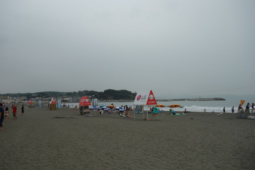 Strand bei Enoshima bei mäßigem Wetter