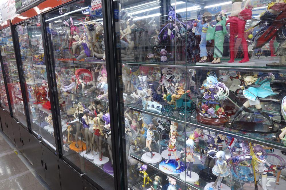 Ausgestellte Figuren in einem Akihabara Store