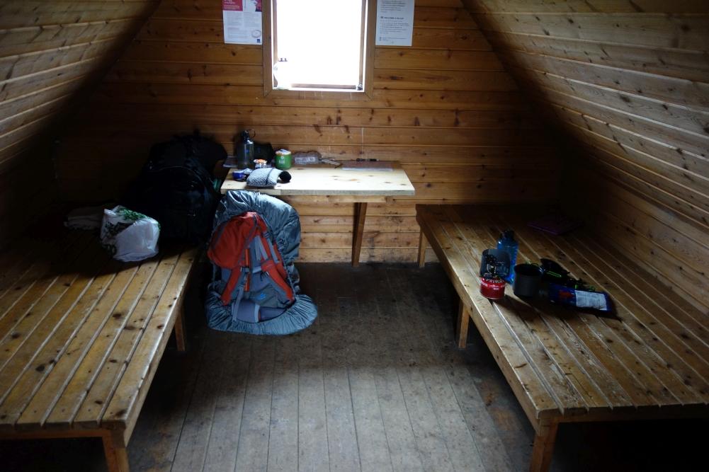 Pause in einer Schutzhütte