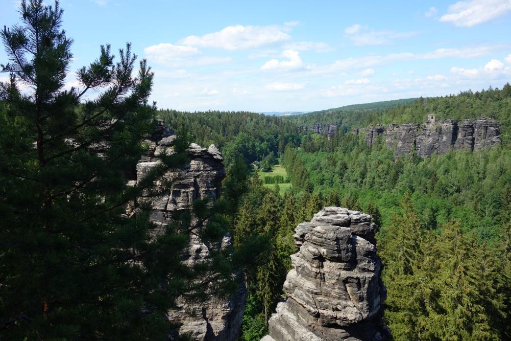 Blick über Wälder und Sandsteinformationen